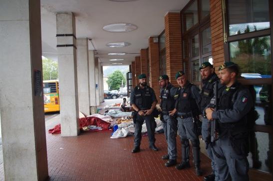 poliziotti-e-accampamentio-residuo